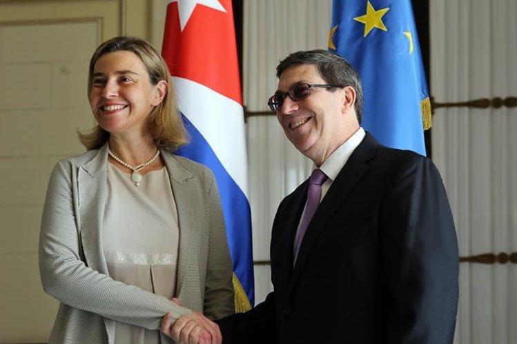 La Alta Representante de la Unión Europea en Política Exterior, Federica Mogherini, estrecha la mano del ministro cubano de Relaciones Exteriores, Bruno Rodríguez. (Foto Prensa Libre: EFE).