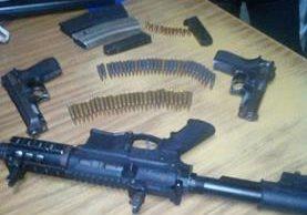 El fusil, pistolas y municiones fueron decomisados a los tres hombres que huían en Villa Nueva con carros robados. (Foto Prensa Libre: PNC)