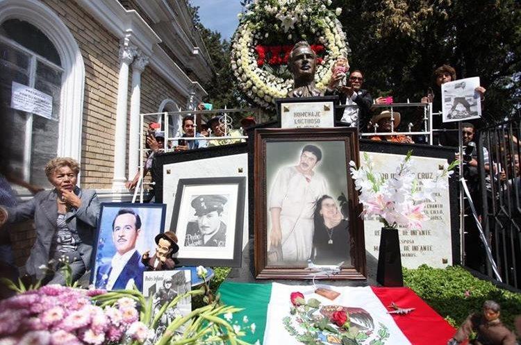 Vista de un altar dispuesto por los seguidores del cantante Pedro Infante (Foto Prensa Libre: EFE).