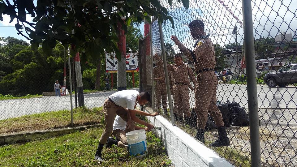 CARCHÁ - Alumnos del Adolfo V. Hall del Norte remozan el centro de salud. Foto Prensa Libre. Eduardo Sam Chun