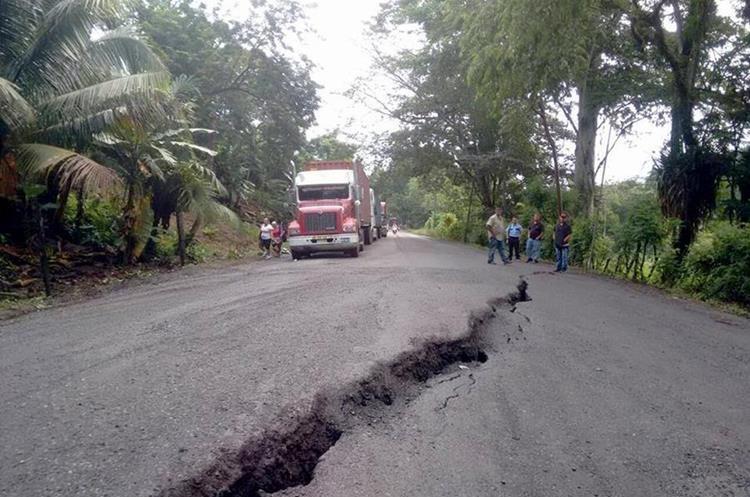 La ruta al atlántico en el kilómetro 246, Morales, Izabal, colapso por las lluvias, afectando el paso de transporte de carga hacia los puertos.