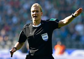 Bibiana Steinhaus, la primera mujer árbitro en la Bundesliga dirigió el domingo el empate 1-1 entre Hertha Berlín y Werder Bremen. (Foto Prensa Libre: AFP)