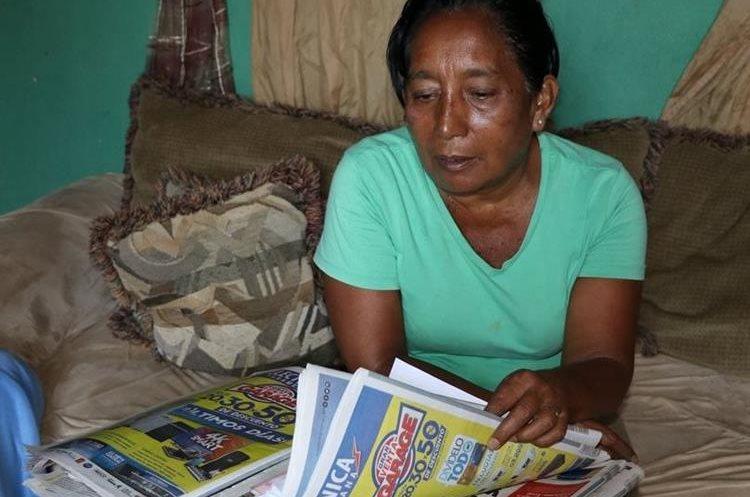 La ama de casa también recicla y reutiliza revistas, periódicos, libros y cartones. (Foto Prensa Libre: Enrique Paredes)