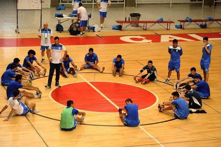 Los jugadores de la selección de Guatemala durante su práctica, en Cali, Colombia. (Foto Prensa Libre: Francisco Sánchez)