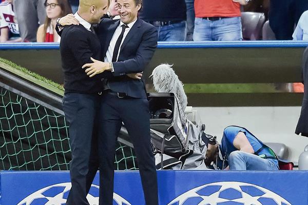 La buena relación entre Pep Guardiola y Luis Enrique se evidenció al finalizar el partido de ayer entre sus equipos. (Foto Prensa Libre: AFP)