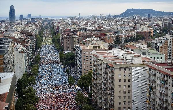 <em>Miles de personas esperan en la avenida Meridiana de Barcelona el comienzo de la Via Catalana.</em>