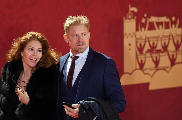 El danés Peter Schmeichel, ex del Manchester United, junto a su esposa Linda von Lindholm (Foto Prensa Libre: AFP).