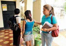 Los hermanos,  de 10 y 12 años, fueron llevados por Adriana Morales de la PGN al Juzgado de Paz de Santa Cruz Muluá. (Foto Prensa Libre: Rolando Miranda)