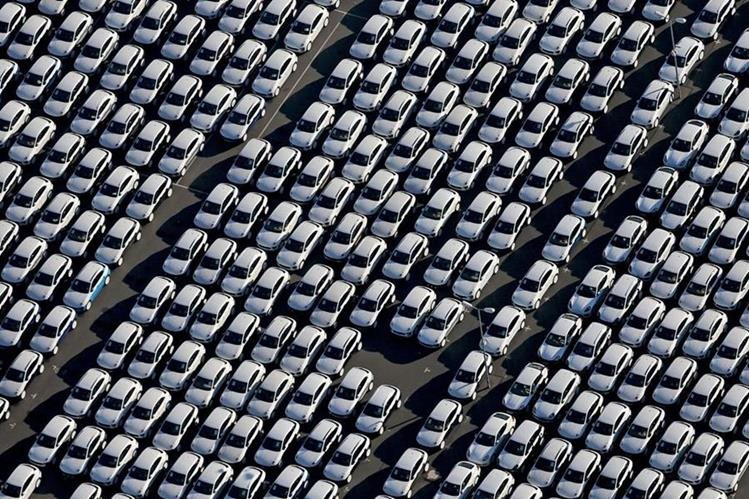 Vista aérea del estacionamiento de automóviles de Porsche en una fábrica de Leipzig, Alemania. (Foto Prensa Libre: EFE)