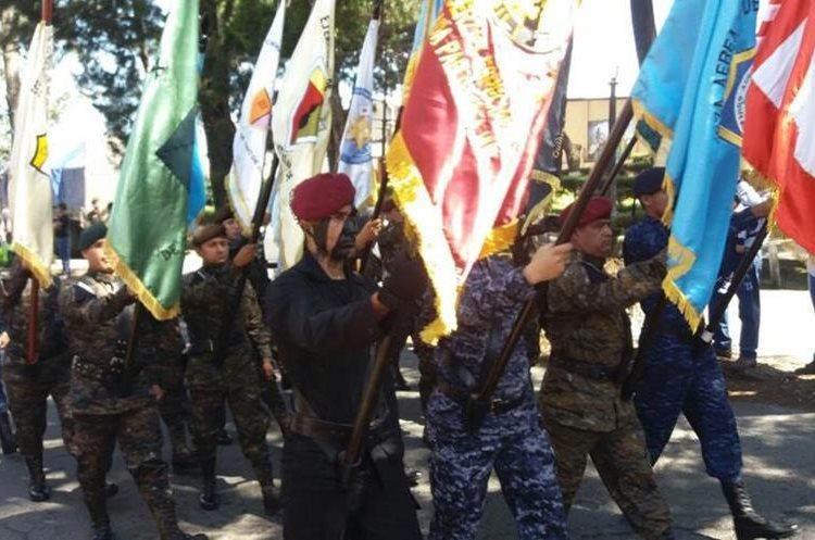 El desfile militar recorre las calles de la Ciudad de Quetzaltenango. (Foto Prensa Libre: María José Longo)