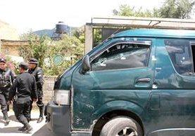 Policías recolectan evidencias en el lugar donde fue atacado un piloto de un microbús, que de Xelajú cubre la ruta a Colomba. (Foto Prensa Libre: Carlos Ventura)