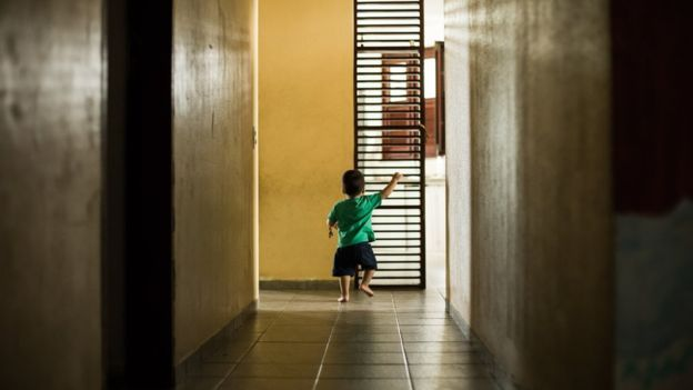 "Este niño espera ser adoptado en un orfanato en Brasil. ""No sé si podré recuperarme de esto"", dijo un hombre que desistió de adoptar. (Foto Prensa Libre: Marília Camelo/BBC Brasil)"