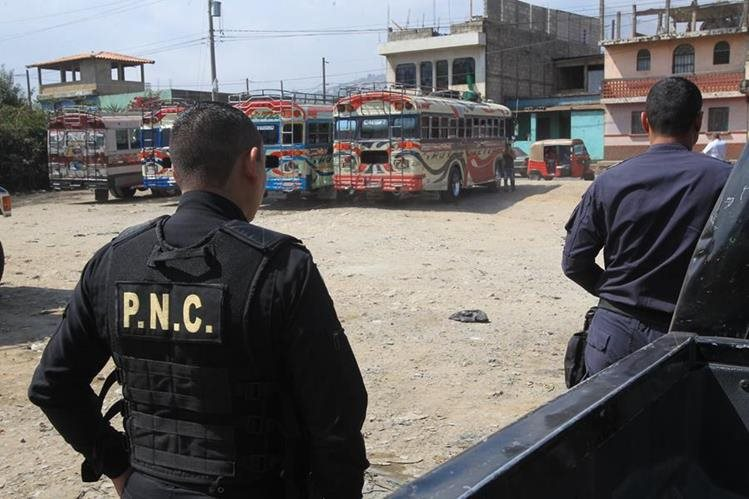 Agentes de la PNC fueron desplegados en Ciudad Quetzal, San Juan Sacatepéquez, uno de los lugares más asechados por los grupos de extorsionistas.(Foto Prensa Libre:Estuardo Paredes)
