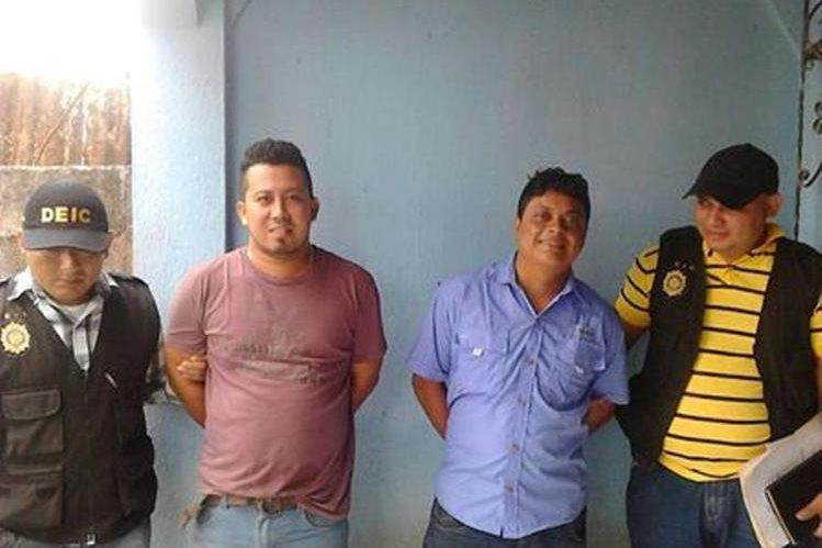 Los dos presuntos delincuentes capturados en San Benito, Petén. (Foto Prensa Libre: Manuel Romero).