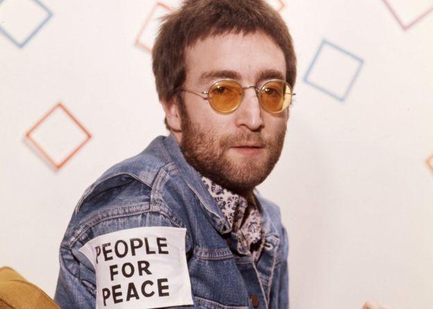 Lennon devolvió la Orden del Imperio Británico por el apoyo británico a campañas belicistas.