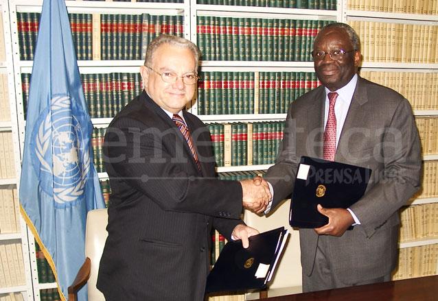 El vicepresidente Eduardo Stein y el subsecretario general para asuntos políticos de la ONU, Ibraham Bambari firmaron el acuerdo de creación de la Cicig el 12/12/2006. (Foto: Hemeroteca PL)