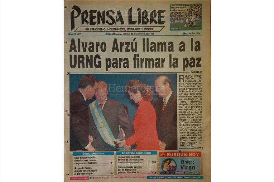 Patricia Escobar ayuda a su marido, Álvaro Arzú, a acomodarse la banda presidencial, el 14 de enero de 1996. A la derecha observa el vicepresidente, Luis Flores Asturias. (Foto: Hemeroteca PL)