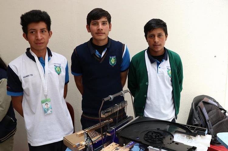 La máquina tejedora es semiautomática y permite hacer lo mismo que un telar por medio de un control remoto. (Foto Prensa Libre: María José Longo)