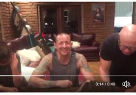 Chester Bennington, sonriendo en un video publicado por su esposa, 36 horas antes de su muerte (Foto Prensa Libre: Twitter).