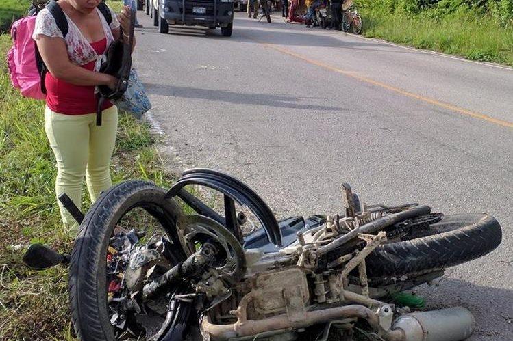 Una mujer observa la moticicleta donde se conducía el fallecido en compañía de otro joven que resultó herido. (Foto Prensa Libre: Rigoberto Escobar)