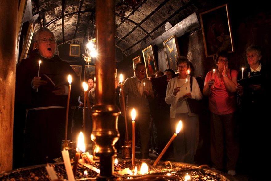 Monje franciscano recita oraciones durante un servicio religioso. (Foto: EFE)