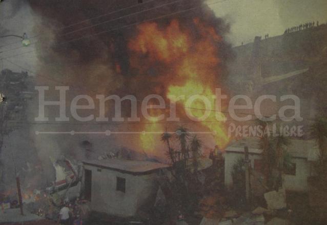 El avión DC-8 se incendia sobre varias viviendas de la colonia La Libertad, zona 13. (Foto: Hemeroteca PL)