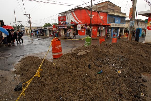 La Municipalidad de Villa Canales pavimenta 300 metros de la 4a. avenida, Boca del Monte. (Foto Prensa Libre: Paulo Raquec)