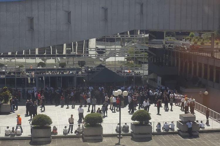 Personal de la Superintendencia de Banco fue evacuada por el sismo.