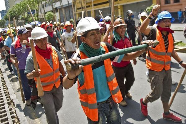 Mineros de Perú  efectúan marcha.