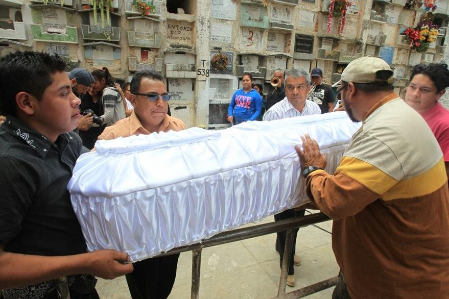 Rosa Julia Espino Tobar es sepultada en el Cementerio General por su familia. (Foto Prensa Libre: Estuardo Paredes)
