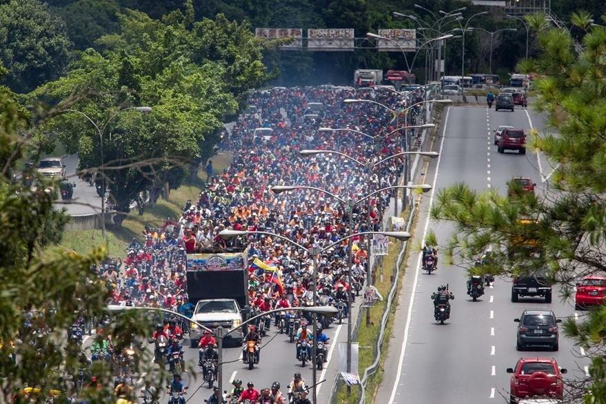 Un grupo de personas seguidoras del Gobierno participa en una manifestación hoy, 1 de septiembre del 2016, en la ciudad de Caracas. (Foto Prensa Libre: EFE).