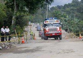 Vehículos pasan por carril habilitado en el km 188 de la ruta Cito Zarco, que permanecía cerrada desde el martes de la semana pasada, debido a un hundimiento. (Foto Prensa Libre: Rolando Miranda)