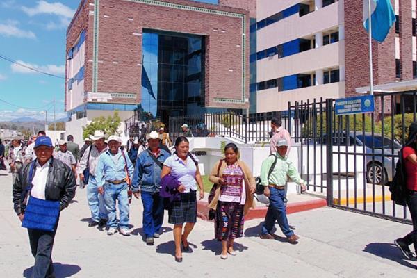 Afiliados afectados de varios departamentos llegan a Huehuetenango a exigir justicia. (Foto Prensa Libre: Mike Castillo)