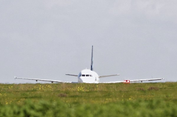 Vista general del avión secuestrado se encuentra en la isla de Malta. (EFE).