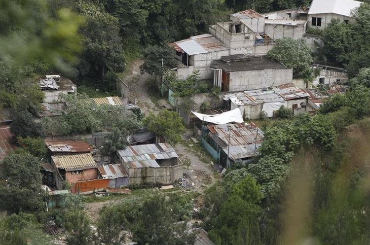 Las casas están entre la vegetación que salió en los alrededores. (Foto Prensa Libre: Paulo Raquec)