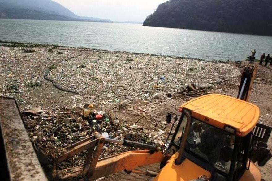 Autoridades hacen un llamado para que no se tiren desechos de basura en los Lagos. (Foto Prensa Libre: Esbin Garía)