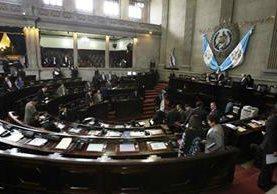 Diputados de diferentes bloques se unieron para aprobar el acuerdo legislativo que legaliza el pago de bono 14 y aguinaldo. (Foto Prensa Libre: Hemeroteca PL)