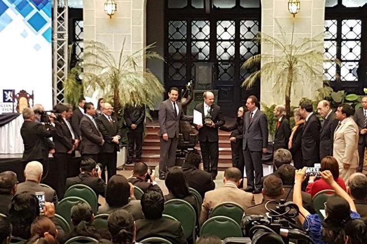 Los jueces de la CorteIDH reciben la condecoración por parte del presidente, Jimmy Morales. (Foto Prensa Libre: Carlos Álvarez)