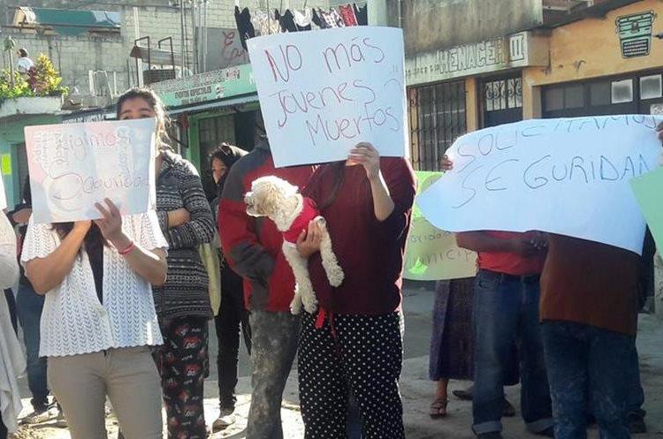 Vecinos se manifiestan contra la violencia en Villa Nueva. (Foto Prensa Libre: @SantosDalia).