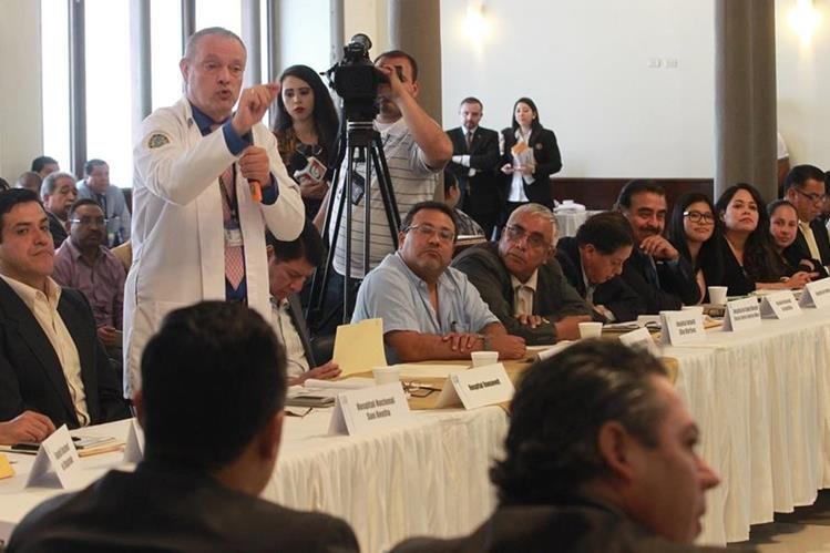 Directores de áreas y de hospitales acuden a la citación de la Comisión de Salud del Congreso para dialogar sobre el presupuesto para el 2017. (Foto Prensa Libre: Hemeroteca PL)