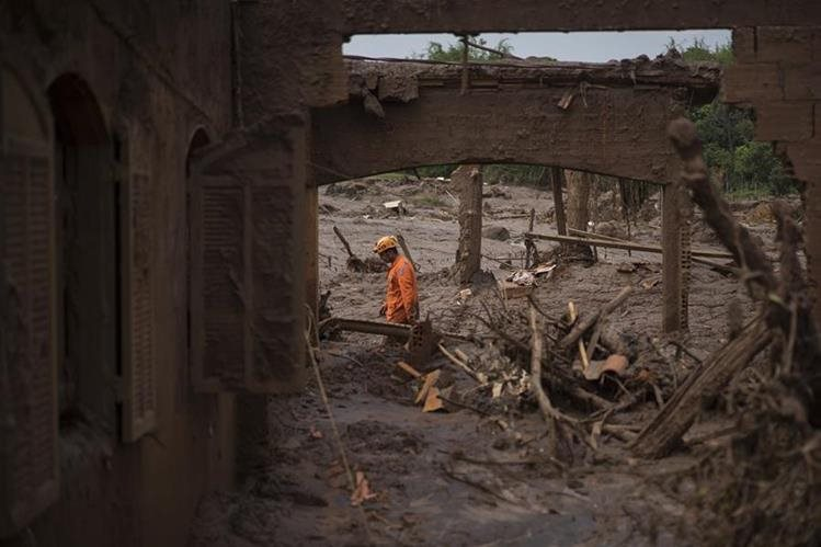 Un rescatista trabaja en medio de los escombros de Bento Rodrigues en busca de sobrevivientes. (Foto Prensa Libre: AP).