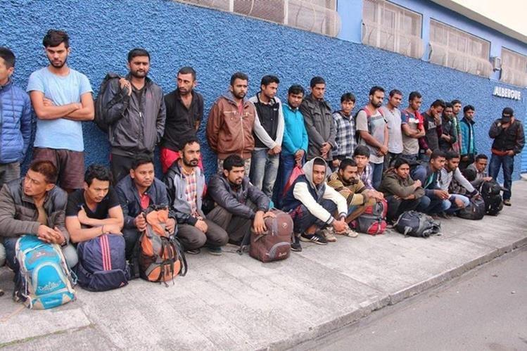 La Policía Nacional Civil detuvo un bus en el cual viajaban 16 ciudadanos nepaleses y 17 bangladesís. (Foto Prensa Libre: PNC)