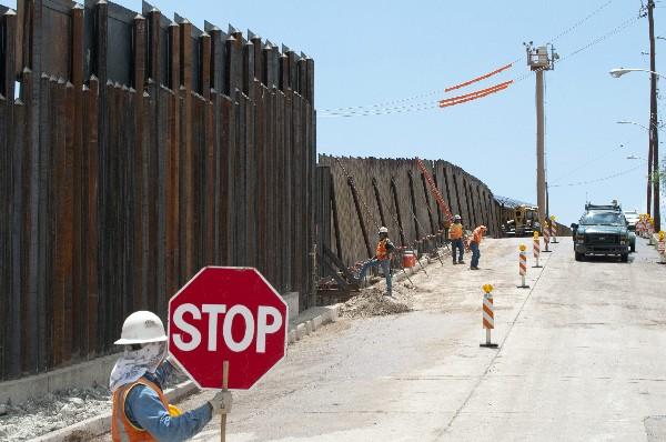 Trabajadores finalizando una parte del muro  en el paso de Deconcini en Nogales, Arizona. (EFE).