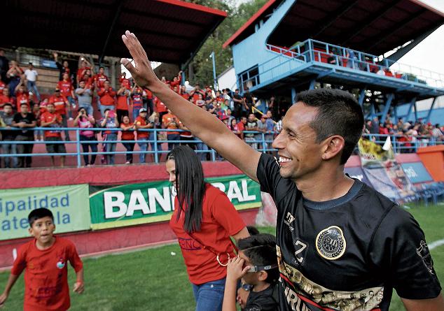 Claudio Albizuris se retiró como campeón con Municipal en el torneo Clausura 2017. (Foto Prensa Libre: Hemeroteca PL)