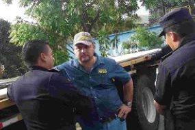 Gerson González es identificado por agentes de la PNC en la ruta al Atlántico. (Foto Prensa Libre: PNC)