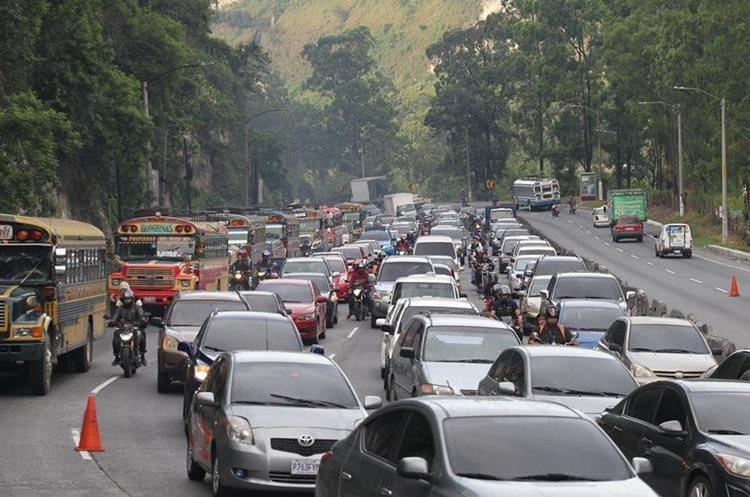 La Policía Municipal de Tránsito de Villa Nueva implementa en horas pico de la mañana un carril exclusivo para autobuses. (Foto Prensa Libre: Erick Ávila)