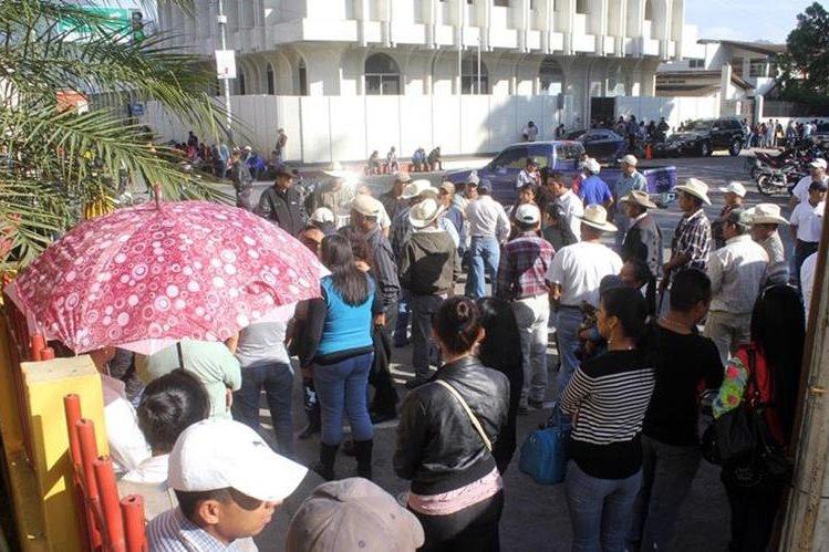 Empleados municipales de Jalapa exigen el pago de salarios atrasados. (Foto Prensa Libre: Hugo Oliva).