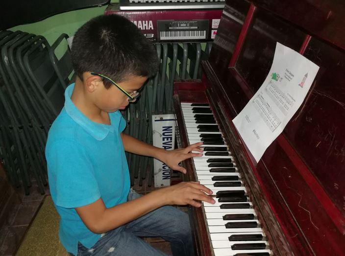 """Héctor Asencio Pedro, de 12 años, ejecuta varias melodías como """"Pulgarcito"""", """"Pimpón"""" y """"Dios"""". (Foto Prensa Libre: Óscar García)"""