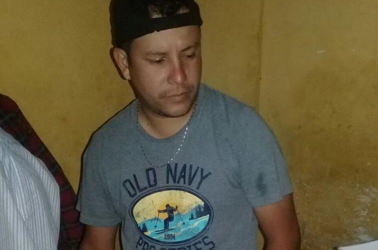 El presunto agresor fue trasladado a la subestación de la PNC y luego al juzgado de Paz. (Foto Prensa Libre: Cristian Soto)