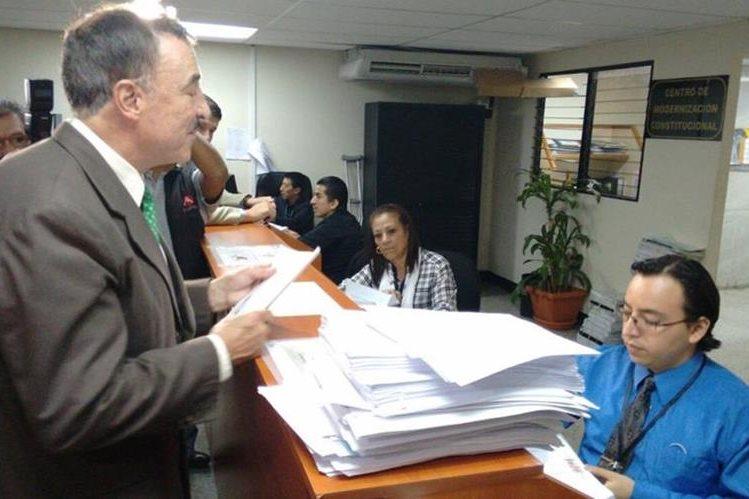 Fernando Linares Beltranena, fiscal del PAN, presenta un amparo contra magistrados del Tribunal Supremo Electoral. (Foto Prensa Libre: Paulo Raquec)